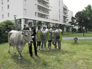 Accompagné de Groseille, le collectif Idéelles à l'initiative de Fêtons Jardins (photo en bichromie par Joanne Letullier)
